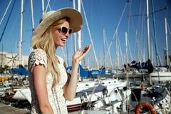 Lächelnde blonde Dame im Urlaub Stockfoto