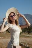 Lächelnde blonde Dame im Urlaub Stockfotos