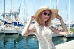 Lächelnde blonde Dame im Urlaub Stockfotografie