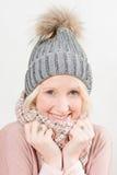 Lächelnde blonde Dame Wearing Winter Beanie und Schal Stockbild
