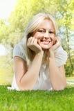 Lächelnde blonde entspannende Frau des Glückes Stockbilder