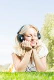 Lächelnde blonde entspannende Frau des Glückes Stockbild