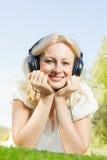 Lächelnde blonde entspannende Frau des Glückes Lizenzfreies Stockbild