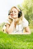 Lächelnde blonde entspannende Frau des Glückes Lizenzfreies Stockfoto