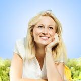 Lächelnde blonde entspannende Frau des Glückes Lizenzfreie Stockfotografie