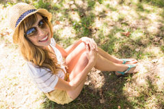 Lächelnde blonde Entspannung im Gras Stockfotografie