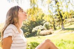 Lächelnde blonde Entspannung im Gras Lizenzfreies Stockfoto