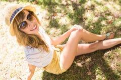 Lächelnde blonde Entspannung im Gras Lizenzfreies Stockbild