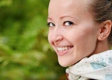 Lächelnde blonde Frau der Junge Lizenzfreies Stockfoto