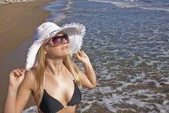 Lächelnde blonde Frau der Junge auf einem Strand Stockbild