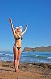 Lächelnde blonde Frau der Junge im schwarzen Bikini Lizenzfreies Stockbild