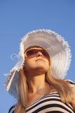 Lächelnde blonde Frau der Junge mit weißem Hut Lizenzfreie Stockfotos
