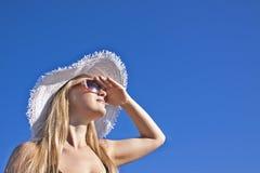 Lächelnde blonde Frau der Junge mit weißem Hut Stockbild