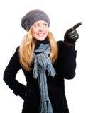 Lächelnde blonde Frau in der Winterkleidung Stockbilder