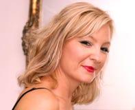 Lächelnde blonde Frau des Bonbons Stockbild