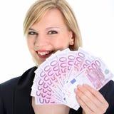 Lächelnde blonde Frau, die 500 Euroanmerkungen anhält Stockbilder
