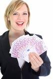 Lächelnde blonde Frau, die 500 Euroanmerkungen anhält Lizenzfreies Stockfoto
