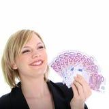 Lächelnde blonde Frau, die 500 Euroanmerkungen anhält Stockbild