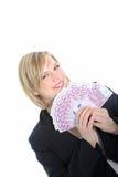 Lächelnde blonde Frau, die 500 Euroanmerkungen anhält Lizenzfreie Stockfotos