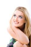 Lächelnde blonde Frau, die durchdacht aufwärts anstarrt Lizenzfreie Stockfotos