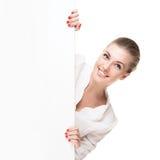 Lächelnde blonde Frau, die Schild hält Stockfotos