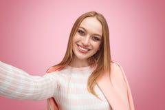 Lächelnde blonde Frau, die selfie nimmt Stockbilder