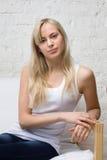 Lächelnde blonde Frau in einem Hemd Stockfoto