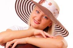 Lächelnde blonde Frau in einem Hut Stockfotos