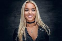 Lächelnde blonde Frau in einem schwarzen Kleid Lizenzfreie Stockfotos