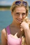 Lächelnde blonde Frau genießen Sommersonne Stockfoto