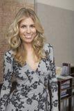 Lächelnde blonde Frau im Büro Lizenzfreies Stockfoto