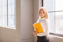 Lächelnde blonde Frau im modernen Büro Klassische Art Lizenzfreie Stockfotografie