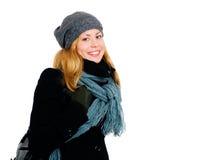 Lächelnde blonde Frau im Winter kleidet O Lizenzfreie Stockfotos
