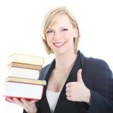 Lächelnde blonde Frau mit Bündel Büchern Stockfotos