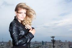 Lächelnde blonde Frau mit dem Haarschlag Lizenzfreie Stockbilder