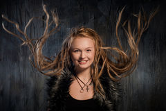 Lächelnde blonde Frau mit flatternden Dreadlocks Stockbilder