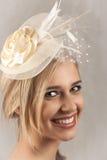 Lächelnde blonde Frau mit Hut Stockbilder