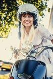 Lächelnde blonde Frau in moto Sturzhelm Lizenzfreie Stockbilder