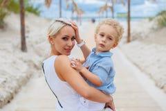 Lächelnde blonde Frau und ihr Kind Stockfotos