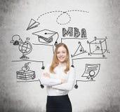 Lächelnde blonde Frau und MBA-Skizze Lizenzfreie Stockfotos