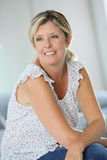 Lächelnde blonde Frau zu Hause Stockbild