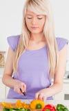 Lächelnde blonde Frauenausschnittpfeffer Stockbilder