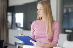 Lächelnde blonde Geschäftsfrau Lizenzfreie Stockfotos