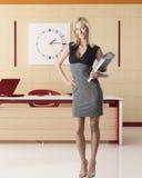 Lächelnde blonde Geschäftsfrau innen voll-lengh Stockbilder