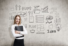 Lächelnde blonde Geschäftsfrau mit einem Ordner und einer Geschäftsidee SK Lizenzfreie Stockbilder