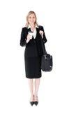 Lächelnde blonde Geschäftsfrau mit Kaffee und Beutel Stockbilder