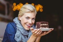 Lächelnde blonde Holding ein Schokoladenkuchen Stockbild