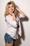 Lächelnde blonde junge Frau Lizenzfreies Stockfoto