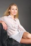 Lächelnde blonde junge Frau Lizenzfreie Stockfotos