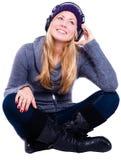 Lächelnde blonde junge Frau in der Winterkleidung Lizenzfreie Stockfotos